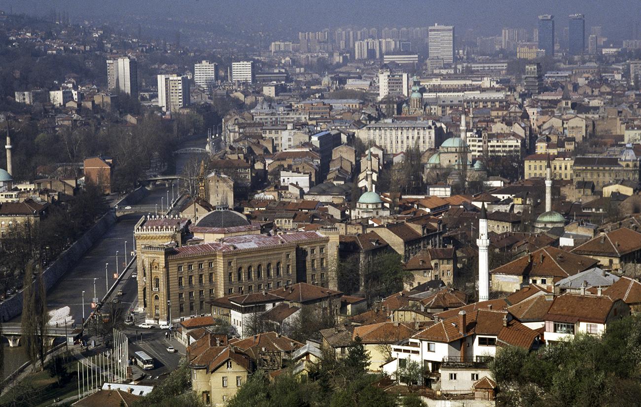 Jugoslavia 1990: panoramica su Sarajevo dall'alto della collina di Alifakovac.