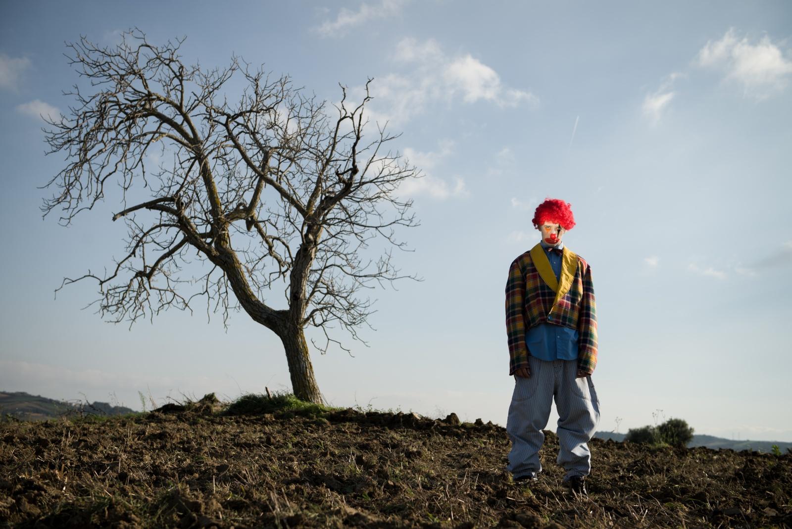 Ci sono persone che sono alberi e mettono radici ovunque, mai accontentarsi di essere foglie.  Michele Leone